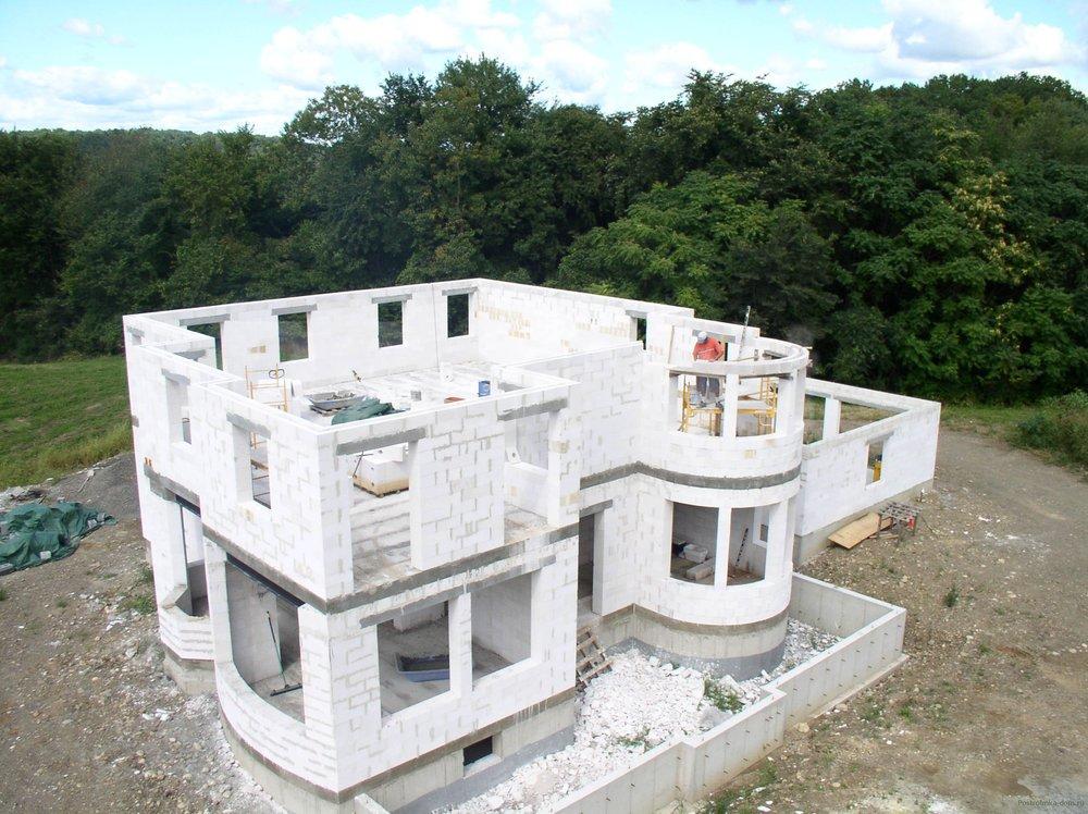 Перед тем как сделать дом из газобетона, следует ознакомиться с достоинствами использования этого материала для.