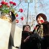 После минуты молчания к мемориалу возложили венки и гвоздики