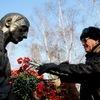 Пришедшие почтили память возложением цветов