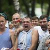 После торжественной церемонии возложения цветов то и дело с разных сторон доносились дружные «Ура!», «Слава ВДВ» и «Слава десанту» — newsvl.ru