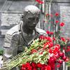 Памятник Приморцам, погибшим в ходе локальных войн и военных конфликтов усыпали цветами — newsvl.ru
