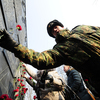 После торжественных речей и минуты молчания венки и цветы к памятнику приморцам, погибшим в ходе локальных войн и конфликтов, возложили и сами военнослужащие, и воспитанники патриотических клубов, школьники, чиновники и простые горожане — newsvl.ru