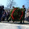 Венок к памятнику Дмитрию Карбышеву, который не пошел на диалог с немцами и был замучен в концлагере возложили воспитанники патриотического кружка — newsvl.ru