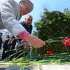 Вместе с ветеранами, чиновниками, будущими спасателями и членами общественных организаций красные гвоздики к постаменту возложили прошедшие через концлагеря жители Владивостока — newsvl.ru