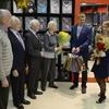 Кроме брендированой одежды представители бутика подарили ветеранам цветы и подарки — newsvl.ru