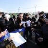 Активисты движения ТИГР в течение нескольких минут раздали участникам листовки с информацией о нарушениях на выборах